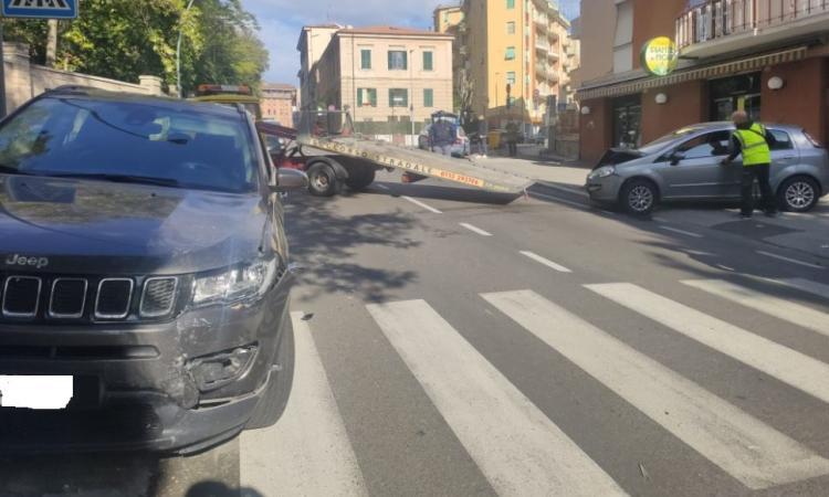Macerata, scontro frontale tra auto e suv in via Pancalducci: traffico bloccato (FOTO)