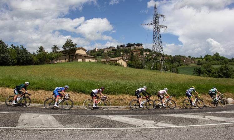 Il passaggio del Giro d'Italia illumina i luoghi feriti dal sisma dell'entroterra maceratese (FOTO)