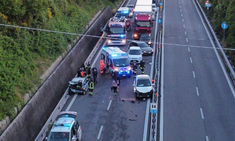 Schianto in superstrada all'altezza dello svincolo per Sforzacosta: due feriti e traffico in tilt (FOTO)
