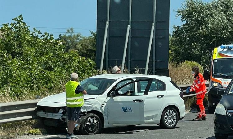 Montecosaro, incidente in superstrada: auto finisce contro il guardrail (FOTO)