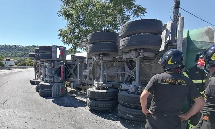 Macerata, camion si ribalta alla rotonda di Villa Potenza e perde il carico: paura per il conducente (FOTO)