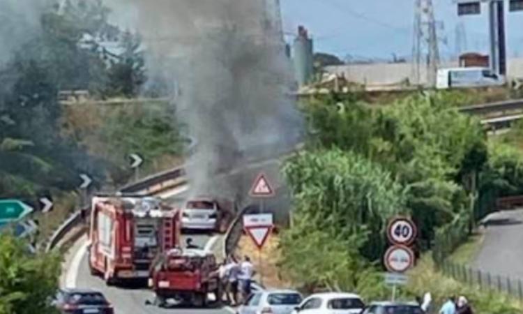 Civitanova, auto in fiamme sulla rampa di uscita dalla superstrada