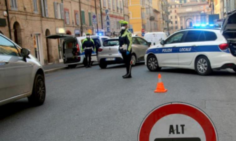 Macerata, insulti e minacce alla Polizia Locale su Facebook: denunciati un uomo e una donna