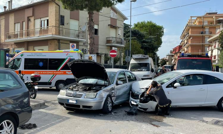 Civitanova, schianto fra due auto all'incrocio: tre i feriti. Sul posto i soccorsi (FOTO)
