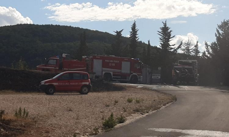 San Severino, incendio in zona crossodromo: brucia il campo destinato al tiro a volo (FOTO)