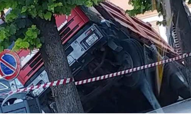 San Severino, si apre una voragine: camion sprofonda