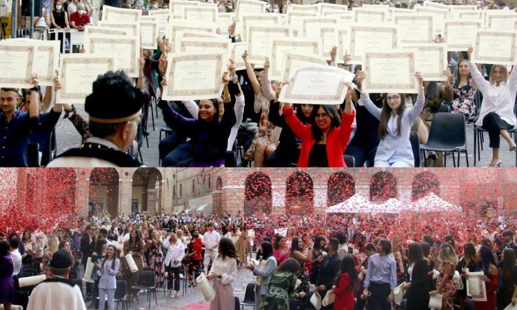 Macerata, la piazza si colora di rosso: coriandoli per festeggiare i laureati Unimc (FOTOGALLERY)