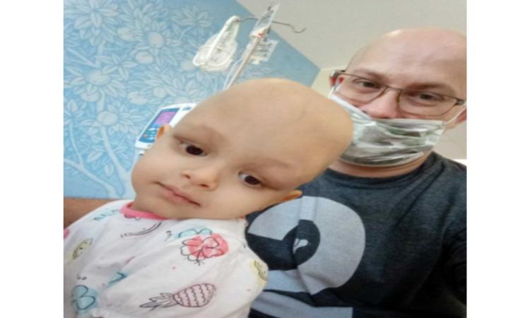 Il papà perde il lavoro per seguire la sua piccola Sara affetta da un raro tumore