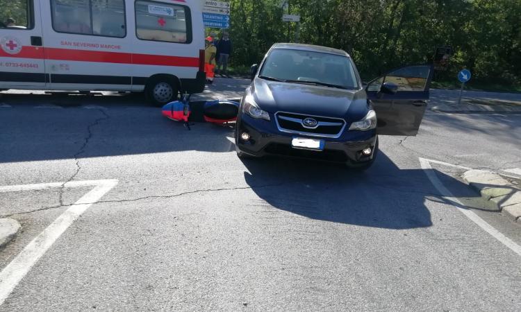 San Severino, scontro all'incrocio tra un'auto e uno scooter: ferito un giovane settempedano
