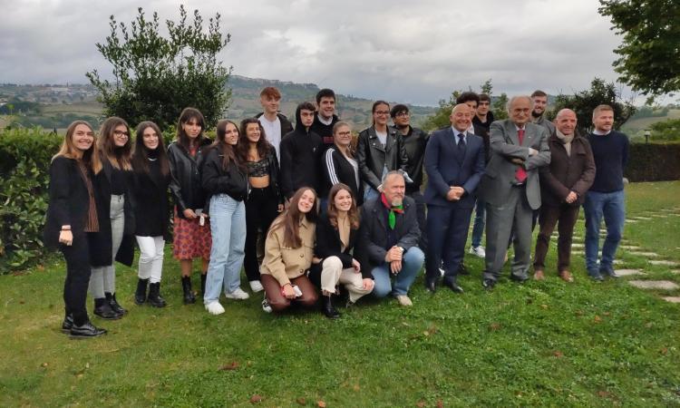 Consegnata la Costituzione ai neo diciottenni di Camerino: Michele Serra interviene in video