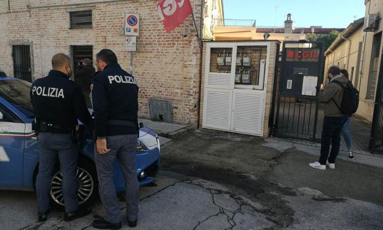 """Ritrovata una Molotov davanti alla sede della Cgil di Jesi: """"Il Sindacato non si farà intimidire"""""""