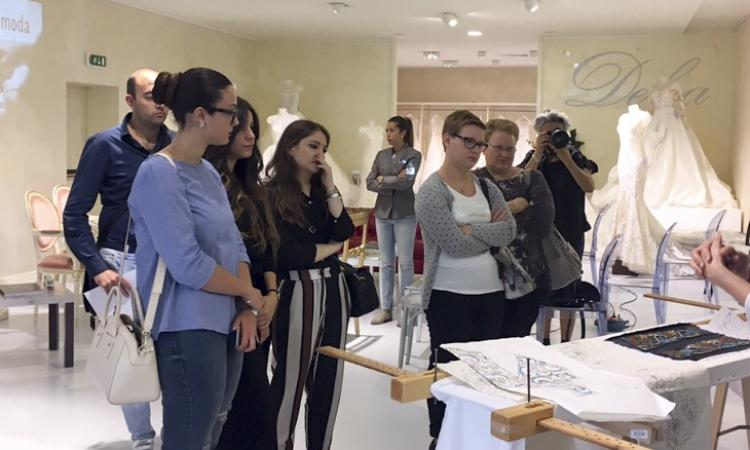 Delsa insegna l'arte del ricamo